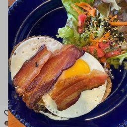 Ovos com Aioli e Bacon No Pão Camponês