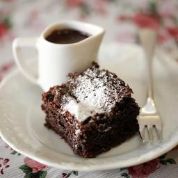 Brownie com calda de chocolate