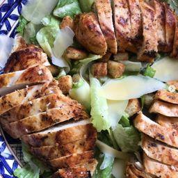 2 Salada Caesar com Frango + 2 Bebidas + 1 Chips de Batata Doce