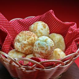 10 mini pães de queijo com parmesão
