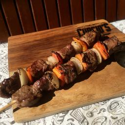 Espetinho carne, cebola e pimentão