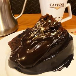 Fatia de bolo de chocolate com ganache