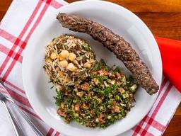 Kafta de carneiro, arroz com lentilhas e tabule.