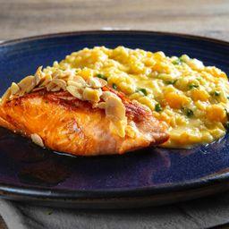 Risoto de manga, queijo brie e rúcula com salmão grelhado
