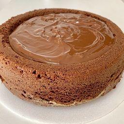 Bolo piscina de chocolate com brigadeiro