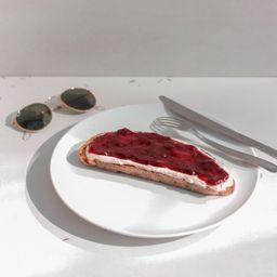 Toast Requeijão com Geleia de morango