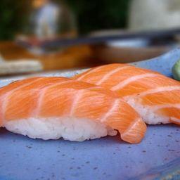 dupla niguiri de salmão