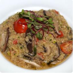 Risoto de quinoa com cogumelo, alho poró e tomate