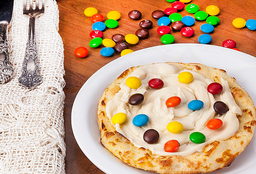 Esfiha de Chocolate branco com M&M's