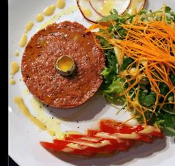 Steack tartare, fritas e salada