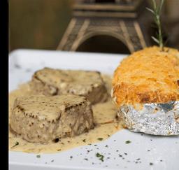 Medalhão de filé mignon, batata cremosa gratinada sauce poivre