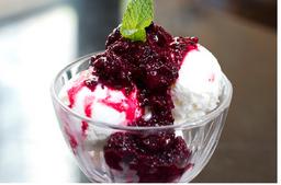 Sorvete de Iogurte Com Calda Light de Frutas Vermelhas