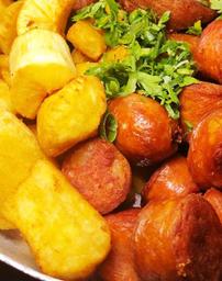Linguiça com mandioca frita.