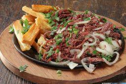 Carne-de-sol desfiada c/mandioca frita