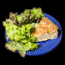 Torta de frango com salada de folhas