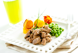 Carne de Panela com Mandioquinha e Sauté de Ervilhas Frescas