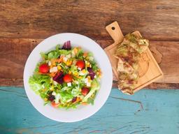 50% OFF: Sobrecoxa grelhada + salada com palmito