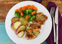 Sobrecoxa Grelhada Com Batata Doce e Brócolis com Cenoura