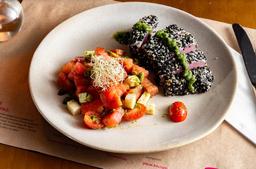 Atum Selado com Salada de Melancia, Queijo Feta e Pistache