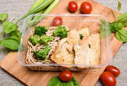 Filé de Frango Grelhado com Spaghetti Integral com Brócolis