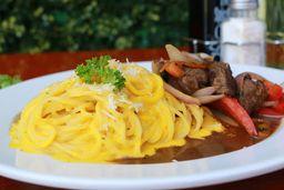 Spaghetti a La Huancaína com Saltado e Fritas