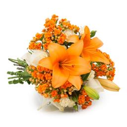 Buquê Radiante com Flores Laranjas e Brancas M