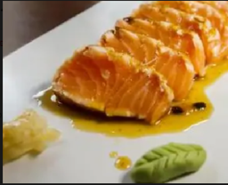 Sashimi Salmão Flambado ao Molho de Maracujá