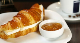 Croissant de Queijo Brie e Geleia de Damasco