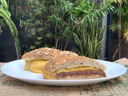 Sanduíche de Filé Mignon c/ Queijo Prato