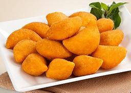 Coxinha de frango com queijo/catupiri