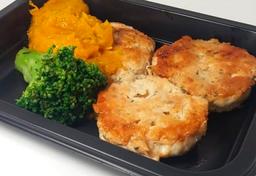 Hambúrguer de frango (135g) purê de cabotiá (100g) e brócolis (3