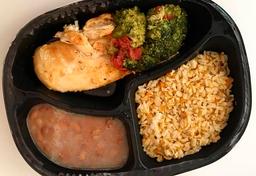 Frango grelhado,arroz integral temperado, feijão e brócolis.