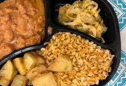 Strogonoff de carne, batata assada. repolho e arroz integral