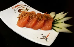 Sashimi de Salmão com Crispy de Alho Poró