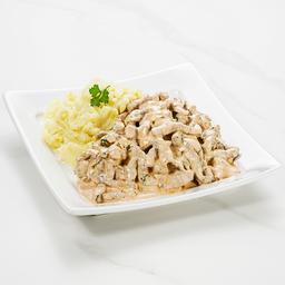 Strogonoff de carne com purê de batatas