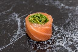 Enrolado de salmão com rúcula