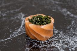 Enrolado de salmão com couve