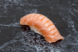 Sushi salmão maçaricado com azeite trufado