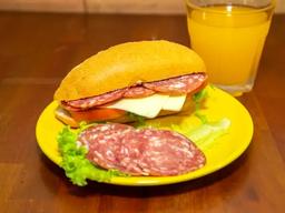 Sanduíche de salaminho