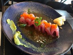 Sashimi de atum com ovas massago
