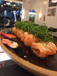 Sashimi de salmão maçaricado com tare e crispy