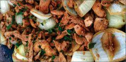 Porção filé de frango aperitivo acebolado