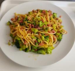 Macarronada artesanal com brócolis  e bacon