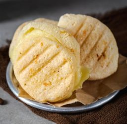 Pão de Queijo Recheado com Dois Queijos