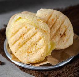 Pão de Queijo Recheado com Mussarela e Peru