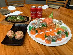 Combinado do Chef + 2 temakis de salmão + Shimeji + 2 coca cola