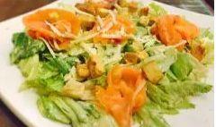 Salada Caesar com Salmão Sefumado