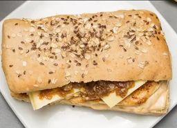 Sanduíche filé de frango com gruyère