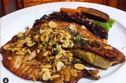 Filé de peixe grelhado com arroz negro