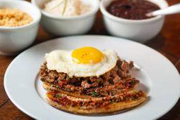 Picadinho de filet mignon com arroz branco, farofa, ovo frito e